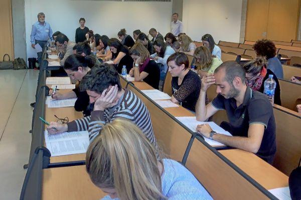 Aspirantes durante uno de los exámenes de oposición del IB-Salut.