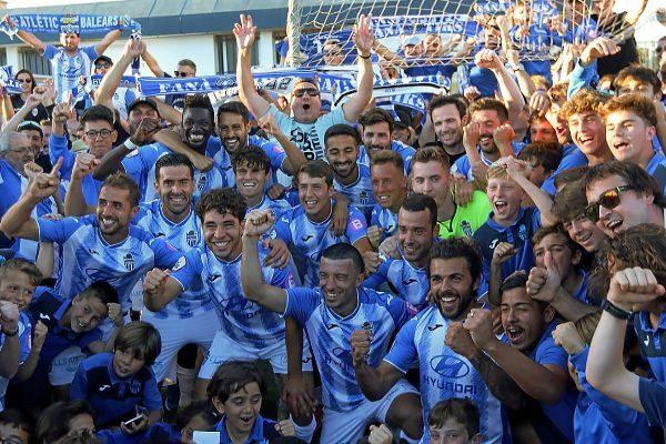 Los jugadores del Atlètic Balears celebran junto a los aficionados y los niños del fútbol base balearico el título de campeón.