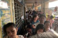 La gente hace cola para votar en las elecciones en Manila.