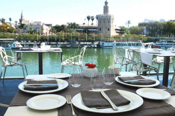 Un comedor frente al río Guadalquivir y la Torre del Oro.