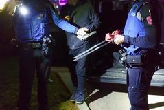 Unos agentes muestran dos machetes y una pistola incautadas a un grupo de jóvenes dominicanos.