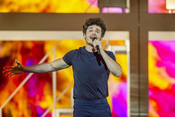 Miki canta La Venda en el escenario de Eurovisión 2019