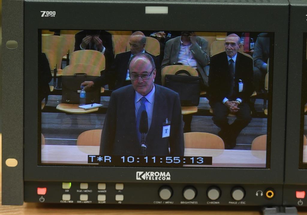 Imagen del monitor de la sala de prensa en la Audiencia Nacional donde declara el ex gobernador del Banco de España ,Luis María Linde