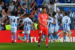 Los jugadores de la Real celebran un gol, con Asensio  en primer plano.