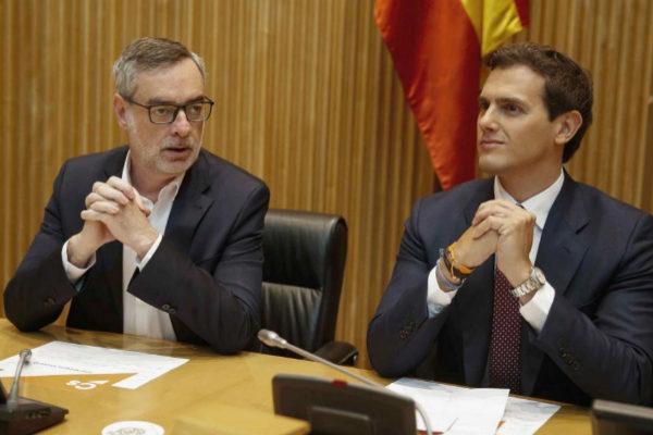 José Manuel Villegas y Albert Rivera, en la reunión con los diputados electos.