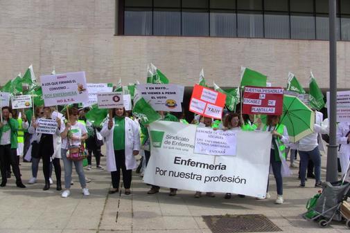 Colectivos de enfermeras se han concentrado recientemente ante las Cortes.