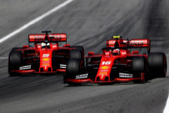 Charles Leclerc (16) adelanta a Sebastian Vettel.