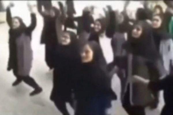 Un grupo de estudiantes iraníes que bailan 'Gentleman'.
