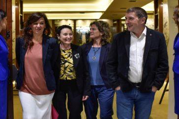 Las candidatas Carrere, Goirizelaiai y Larrion junto a Arnaldo Otegi.