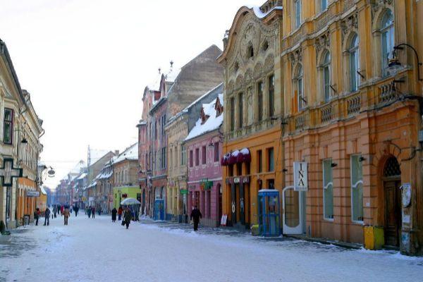 Calle del distrito de Brasov, al sureste de la región de...