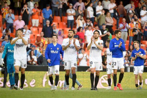 Los jugadores del Valencia agradecen a la afición de Mestalla su apoyo en el último partido.