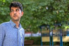 Daniel I. Aguirre, padre de la niña secuestrada por su madre, en un parque infantil.