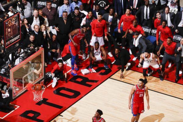 Momento en el que el tiro de Kawhi Leonard entra en el aro de los Sixers.