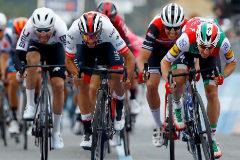 La primera polémica del Giro: Viviani, descalificado; victoria para Gaviria