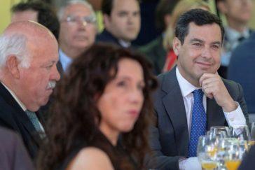 El presidente de la Junta, Juan Manuel Moreno, rodeado de los consejeros de Salud y Asuntos Sociales, Jesús Aguirre y Rocío Ruiz..