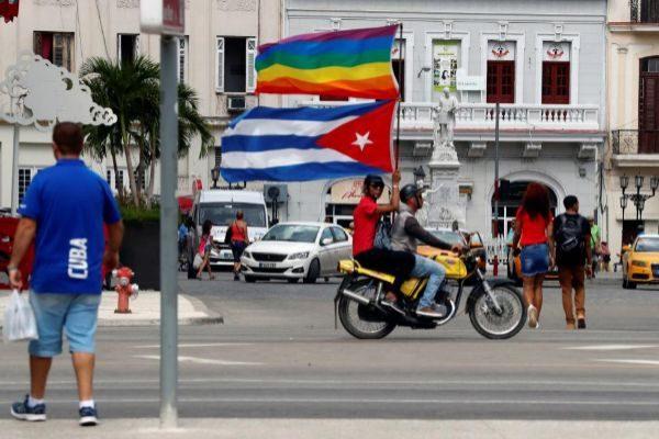 Activistas por los derechos LGBTI participan en una marcha, el pasado...