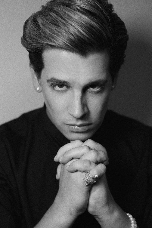 Retrato de Milo Yiannopoulos rezando.