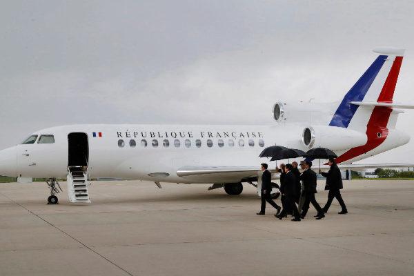 El presidente de Francia, Emmanuel Macron, acude a recibir a los rehenes liberados en Burkina Faso.