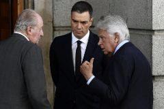 Felipe González, Pedro Sánchez y Juan Carlos I, durante la capilla ardiente de Alfredo Pérez Rubalcaba