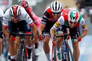 Primera polémica del Giro: Viviani, descalificado; triunfo para Gaviria