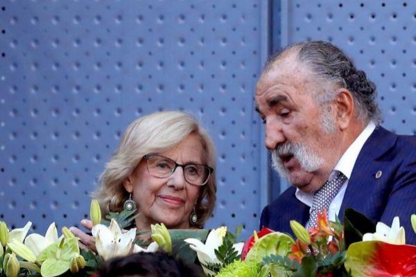 Carmena, la alcaldesa en funciones de Madrid, conversa con Tiriac.