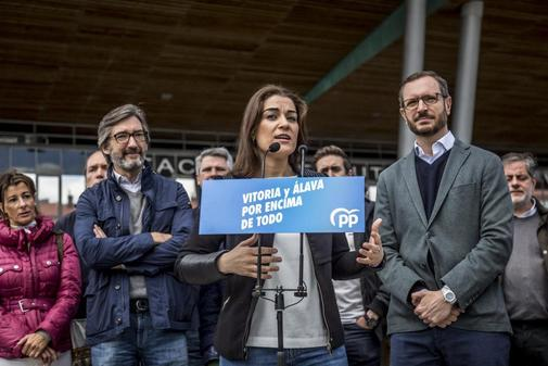 La candidata del PP en Vitoria, Leticia Camerón, junto a Javier...