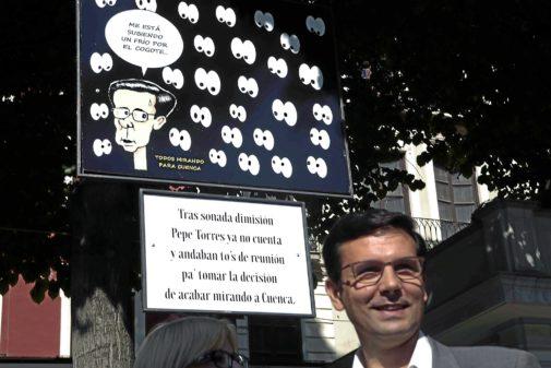 Francisco Cuenca (PSOE), alcalde de Granada,  delante de una de las populares 'carocas', poco después de llegar a la Alcaldía.