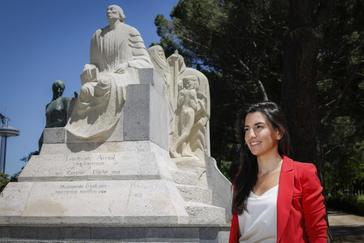 Rocío Monasterio, frente a la estatua de Concepción Arenal.