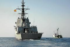 La fragata española Méndez Núñez escolta a un atunero.