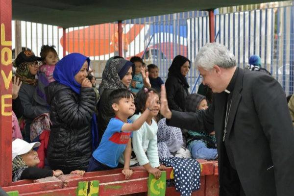 El limosnero del Papa Francisco Konrad Krajewski en una visita a un...