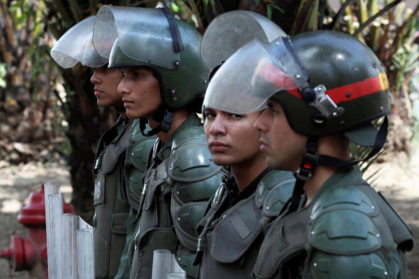 Policías frente a la Asamblea Nacional en Caracas.