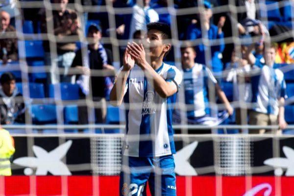 El delantero chino RCD Espanyol Wu Lei celebra un gol ante su afición.