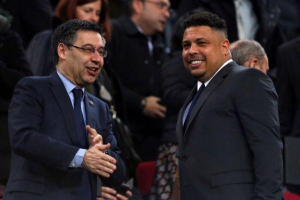 Ronaldo, junto a Bartomeu en el Camp Nou.