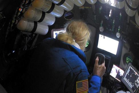 El explorador submarino Victor Vescovo pilota el submarino DSV Limiting Factor en la Fosa Mariana del Océano Pacífico