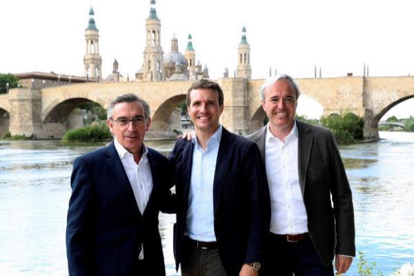 Luis María Beamonte (izqda.), junto a Pablo Casado y Jorge Azcón,...