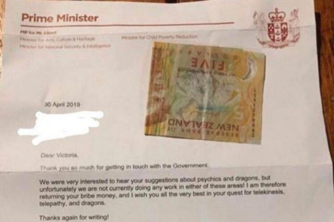 Carta de respuesta de la primera ministra de Nueva Zelanda con el 'soborno' de vuelta.