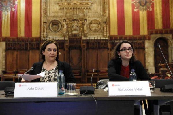 La concejal Mercedes Vidal con la alcaldesa Ada Colau en un pleno del Consistorio barcelonés.