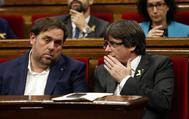 Oriol Junqueras (izqda.) y Carles Puigdemont, en una sesión del Parlamento de Cataluña, en octubre de 2017.