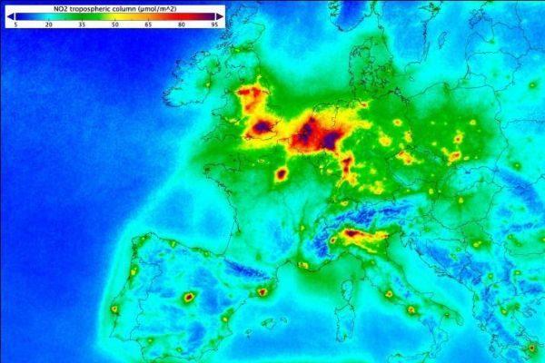 Fotografía facilitada por la Agencia Espacial Europea que muestra los niveles de monóxido y nitrógeno en Europa.