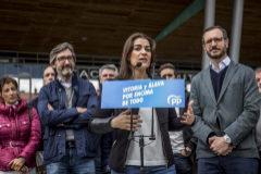 La candidata del PP en Vitoria, Leticia Camerón, junto a Javier Maroto