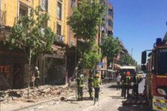 Tres viandantes heridos leves al desprenderse de un edificio de Carabanchel una cornisa de 10 metros