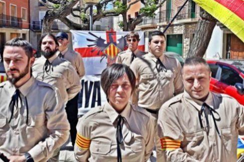 Miembros del Moviment Identitari Català desfilan por Torregrosa (Lérida) el 28-A.