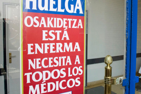 Un cartel sobre una huelga de médicos de Osakidetza.