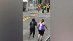 Dos desconocidas se dan la mano para terminar juntas una carrera