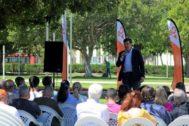 Fernando Giner en un acto con universitarios.
