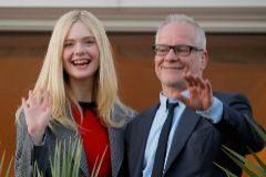 La miembro del jurado Elle Fanning junto al delegado general del Festival de Cannes Thierry Frémaux.