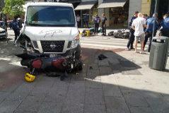 Intenta robar una furgoneta en Sol, arrolla a varias motos y acaba en la acera