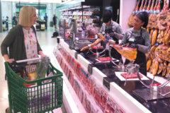 Una clienta frente al mostrador del jamón de un supermercado de Mercadona.