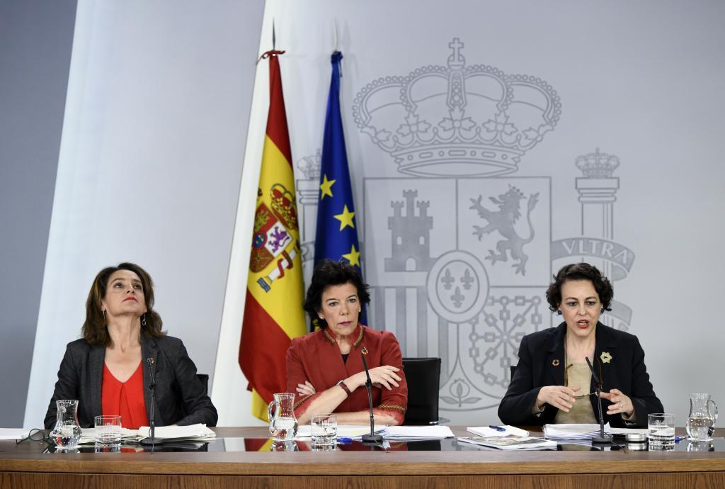 Magdalena Valerio, a la derecha, junto a la portavoz del Gobierno, Isabel Celaa y la ministra de Energía, Teresa Ribera.
