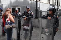 Funcionarios de la Guardia (GNB), la Policía (PNB) y del Servicio de Inteligencia (Sebin) montan guardia en los alrededores de la sede del Parlamento venezolano.